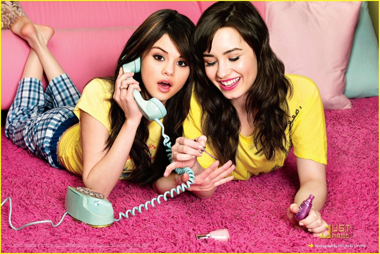 12-p221-selena-gomes-on-the-phone.jpg