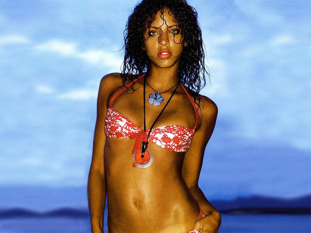 Noemie Lenoir Wallpaper